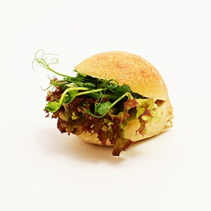Sandwich roll with cheese créme and seasonal vegetables. Contains lactose and gluten. Delivered in a take-away bag.